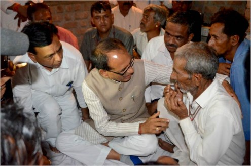 Shivraj Singh Chouhan consoles father of deceased farmer at Lodh Village