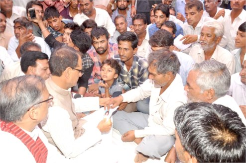 Chief Minister Chouhan visits deceased farmers home in Mandsaur and Neemuch