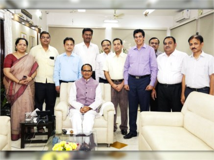 CM Chouhan met officers promoted to Indian Administrative Service
