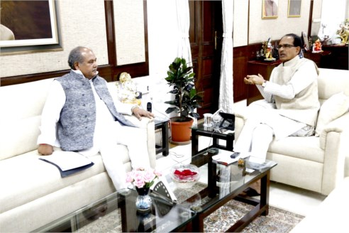 Union Minister Shri Tomar Pays Courtesy Visit to CM Chouhan