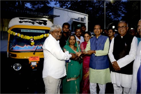 CM Chouhan Hands Over Auto Keys to Father of Brave Youth Late Shri Deepak Sahu