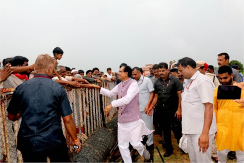 Chief Minister Chouhan meets general public at Chanderi