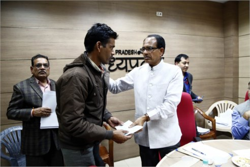 Chief Minister Chouhan instructs to tighten administration in Samadhan online