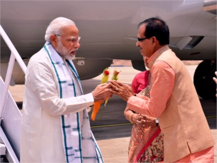 PM Narendra Modi welcomed on his arrival in Bhopal